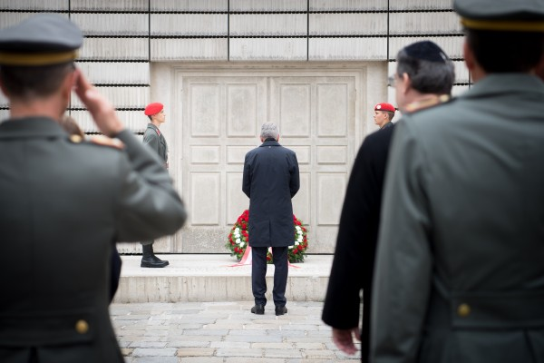 Alexander Van der Bellen at the laying of a wreath at the memorial for the Austrian Jewish victims of the Shoah.<small>© www.bundespraesident.at / Carina Karlovits / HBF</small>