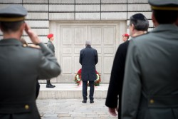 Alexander Van der Bellen at the laying of a wreath at the memorial for the Austrian Jewish victims of the Shoah.<small>&copy www.bundespraesident.at / Carina Karlovits / HBF</small>