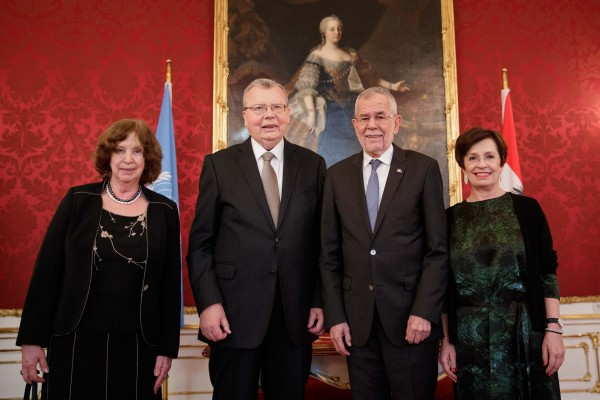 Yury Fedotov (2nd from left) and Federal President Alexander Van der Bellen together with their spouses.<small>© Österreichische Präsidentschaftskanzlei / Peter Lechner/HBF</small>
